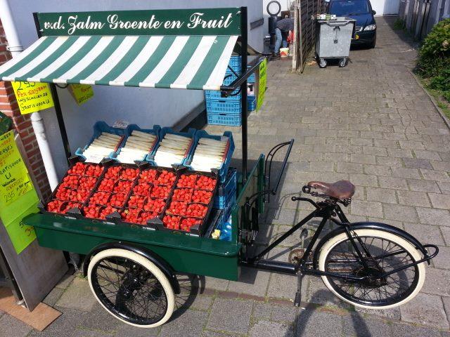 Bakfiets gevuld met asperges en aardbeien
